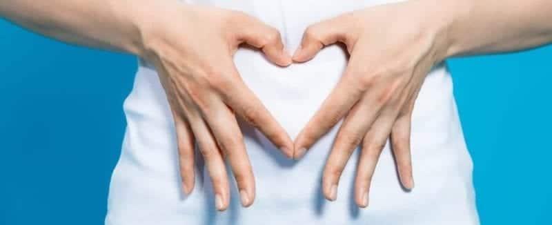 pancia-con-mani-che-formano-un-cuore