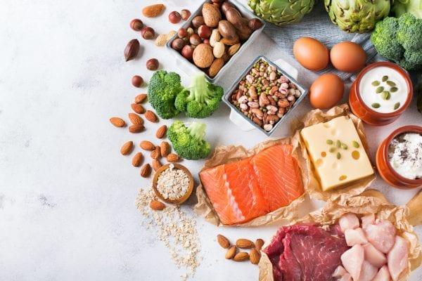 Alimenti proteici su tavolo bianco